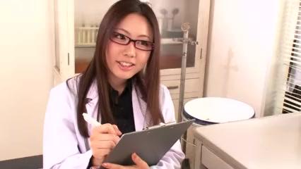 セクシーな女医が患者の肉棒を手コキ&フェラチオで快楽へと導く!