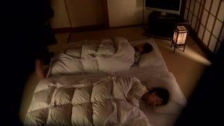 「娘が起きちゃってぇ!」寝ている愛娘の横で不倫セックスに興じる不貞母