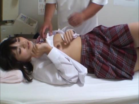 ニーソックス中高生がホテルで跪いておっさんのチンポを舐め上げの学生系動画