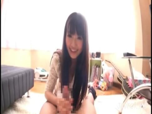 平気な女子高生が下着姿で従順にチンポをしゃぶるハメ撮りの美少女動画