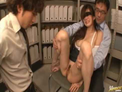 【一ノ瀬アメリ】スレンダー巨乳の美人OLが資料室で同僚に拘束され無理矢理犯される3Pハメ