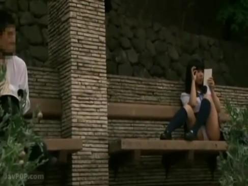 公園のベンチでリーマンをパンチラ誘惑して手コキ抜きする痴女JK