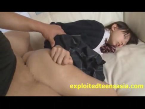 透明感がたまらない小柄なロリ中学生の未開発のマンコに精液を注ぎ込む