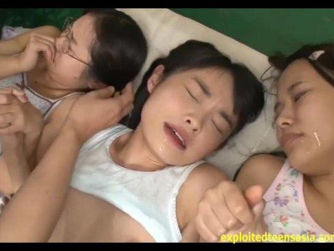 アウロリ少女3人のお顔に精子ぶっ放す!