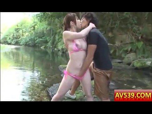 夏の河原でビキニお姉さんと青姦
