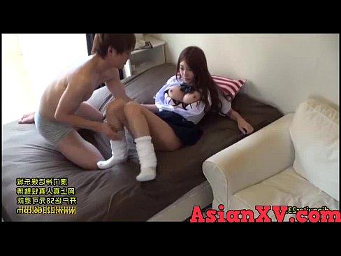 女子小学生アイドルが跪いて男たちの大量ぶっかけに顔面精子まみれの校生系動画