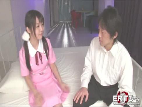 パイパンの妹が顔よりデカいチンポを握って金玉舐めご奉仕の校生系動画