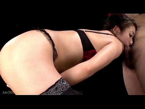 スタイル抜群の痴女ギャルがセクシー下着で巨根をノーハンドフェラ抜き!