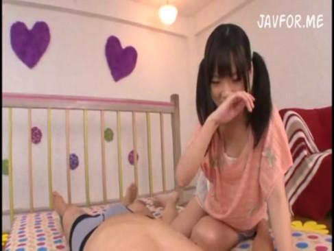 ミニスカすぎる制服JCやJKがオタク男に跪いて全裸で生フェラごの校生系動画