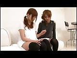 犯される女子校生が舌を突き出してベロチューしながらチンポを刺激するの美少女動画