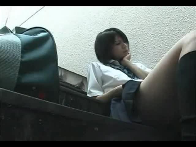 制服を着てる10代JKが彼氏にちっぱいを吸われる正常位に喘ぎ悶えるのロリ系動画