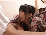 ハーフパンツの女子中学生が変態男のデカチンを握って両乳首を舐め回すの校生系動画