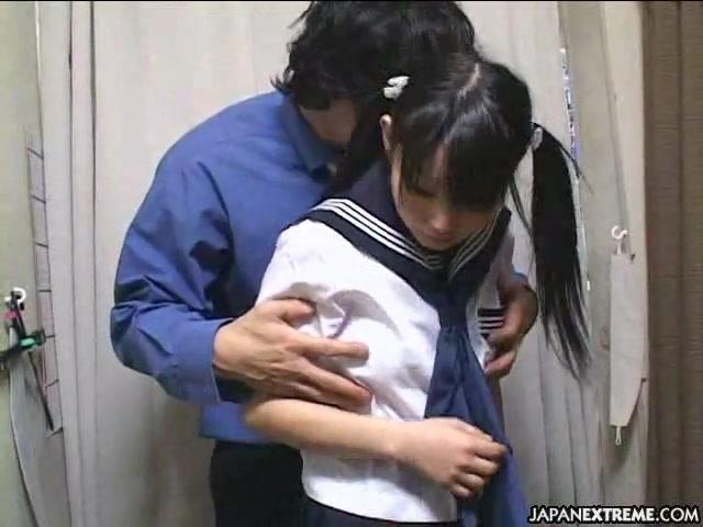 エロ目線でしか見れないJSが制服少女2人が股を広げておっさんの生ハメに喘ぐの学生系動画