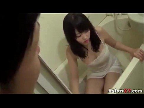 睡眠中の美少女がM字開脚でハゲ教師のクンニに喘ぐの学生系動画