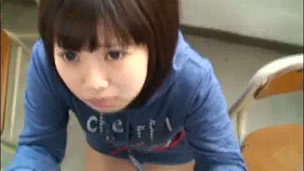 スクール水着の中学生がパイパンを突き出して交互に生ハメの美少女動画