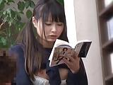 【なつめ愛莉】エロ本立ち読みして欲情してる女子校生を背後から挿入