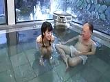 美少女とおじいちゃんの混浴セックス