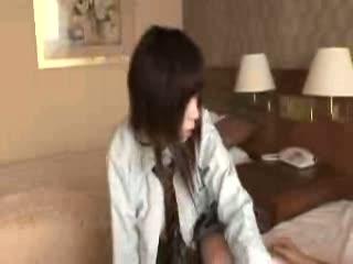 成長期の下半身のロリ少女の短いスカートに下から見える白いパンティ