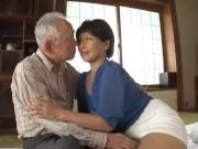 白髪おやじが大人しい人妻にベロチューして生チンポを正常位で生ハメ
