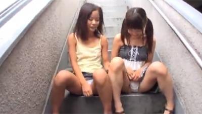 [パイパン 露出 ロリ マンコ 挿入]非常階段でパイパンマンコ晒してくる露出狂ロリに据え膳挿入!