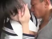 通学途中の制服中学生が薄暗い部屋で変態男の生突き上げに生乳を揺らすの校生系動画