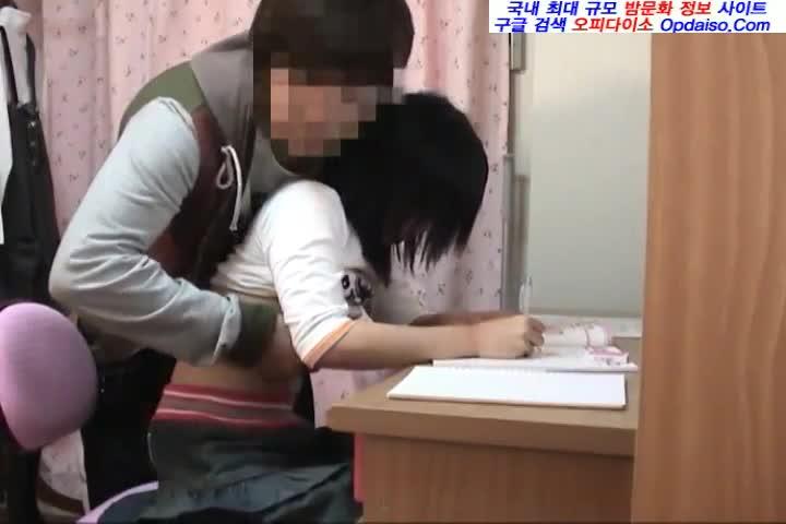 行儀悪い校生が変態マッサージに腰を震わせて何度も連続で絶頂の学生系動画