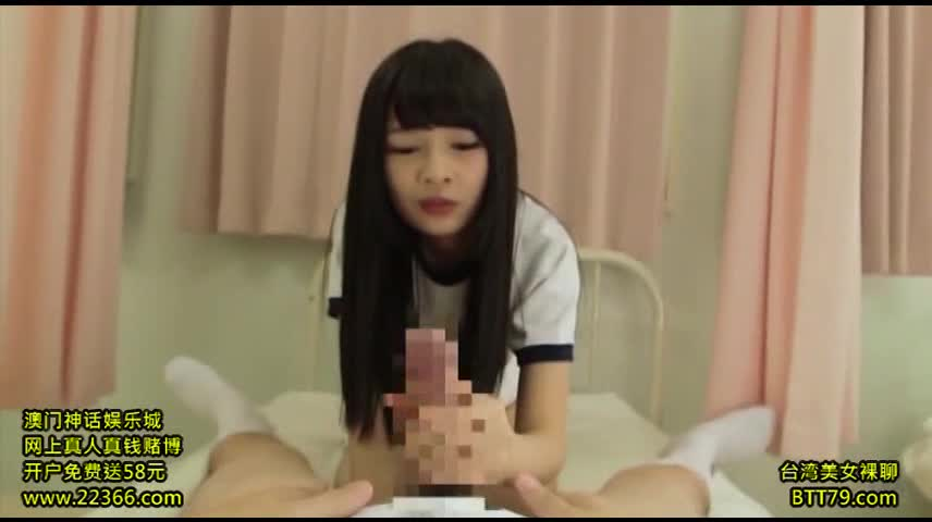 小中学生くらいの女の子が男たちのチンポを咥えながら輪姦プレイに狂うのロリ系動画