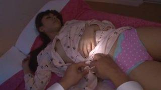 犯される女子校生が変態男達のデカチンを両手で握って生フェラのロリ系動画
