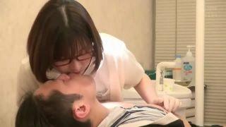 患者さんの勃起チンポをオナサポ支援で抜いてあげる淫乱歯科助手