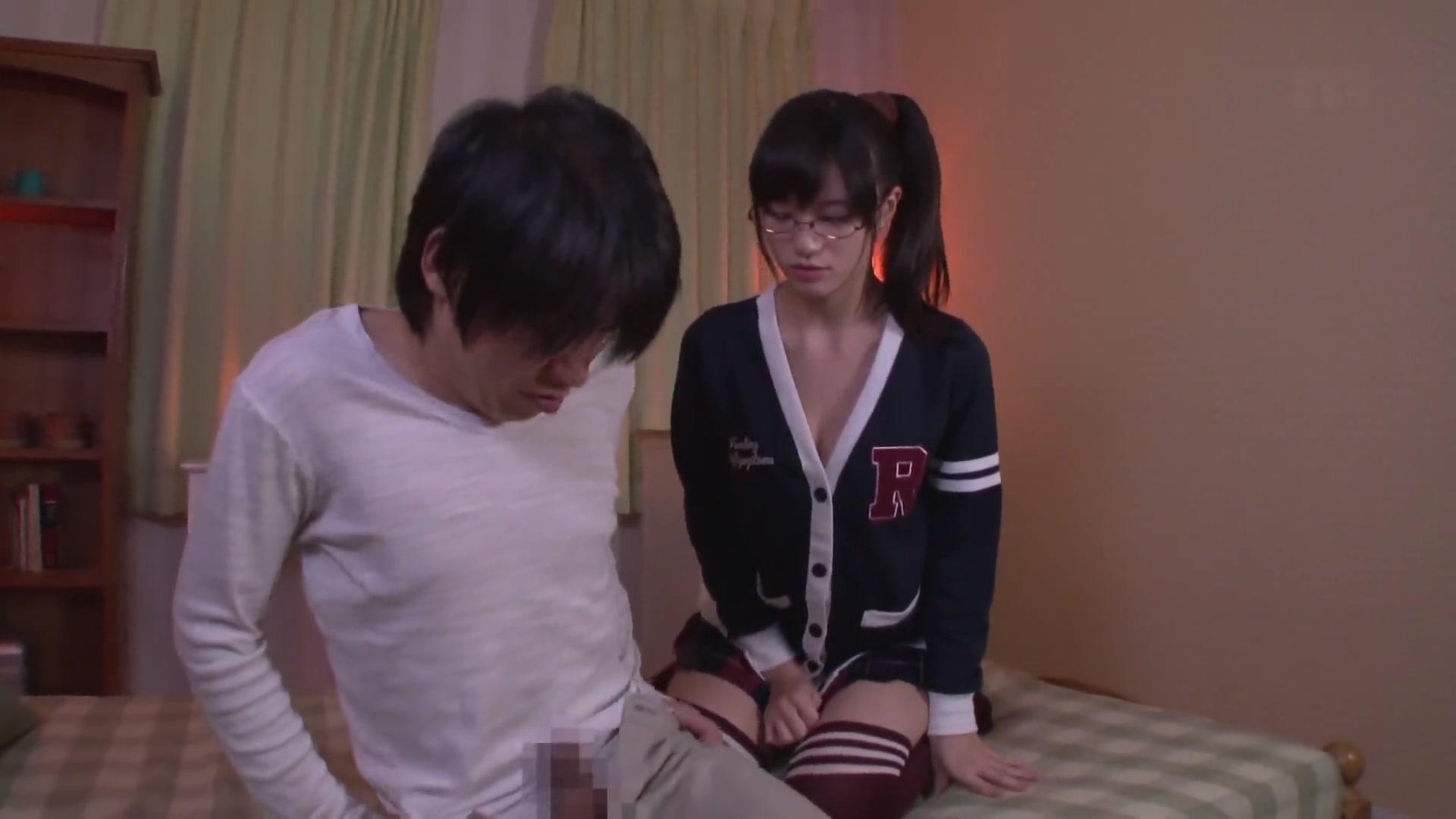 健康的なピチピチ女子高生がブスおやじの臭いチンポをしごくエッチな性教育の学生系動画