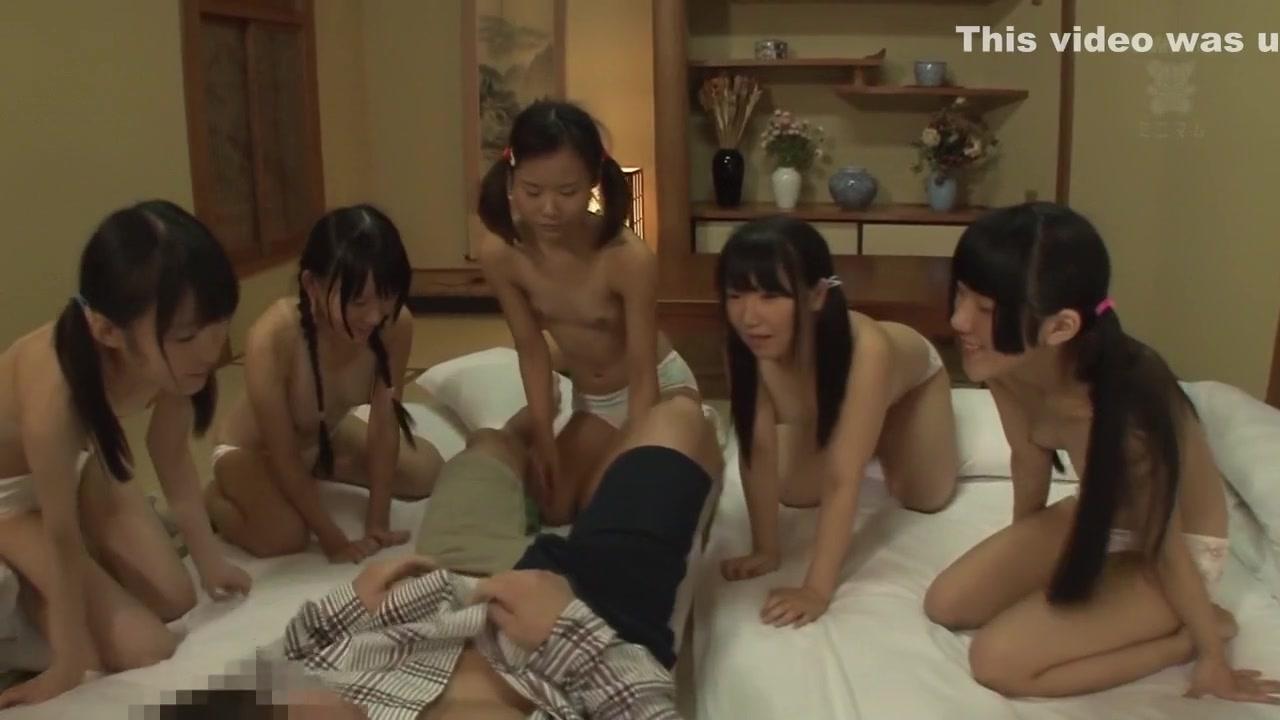 中学生時代の校生が温泉で変態父親とまんことチンポを舐め合うのロリ系動画