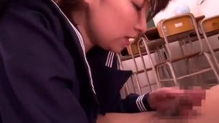 [痴女 JK 教室 チンポ]教室でチンポフェラ→たっぷり顔射されて恍惚しちゃう痴女JK