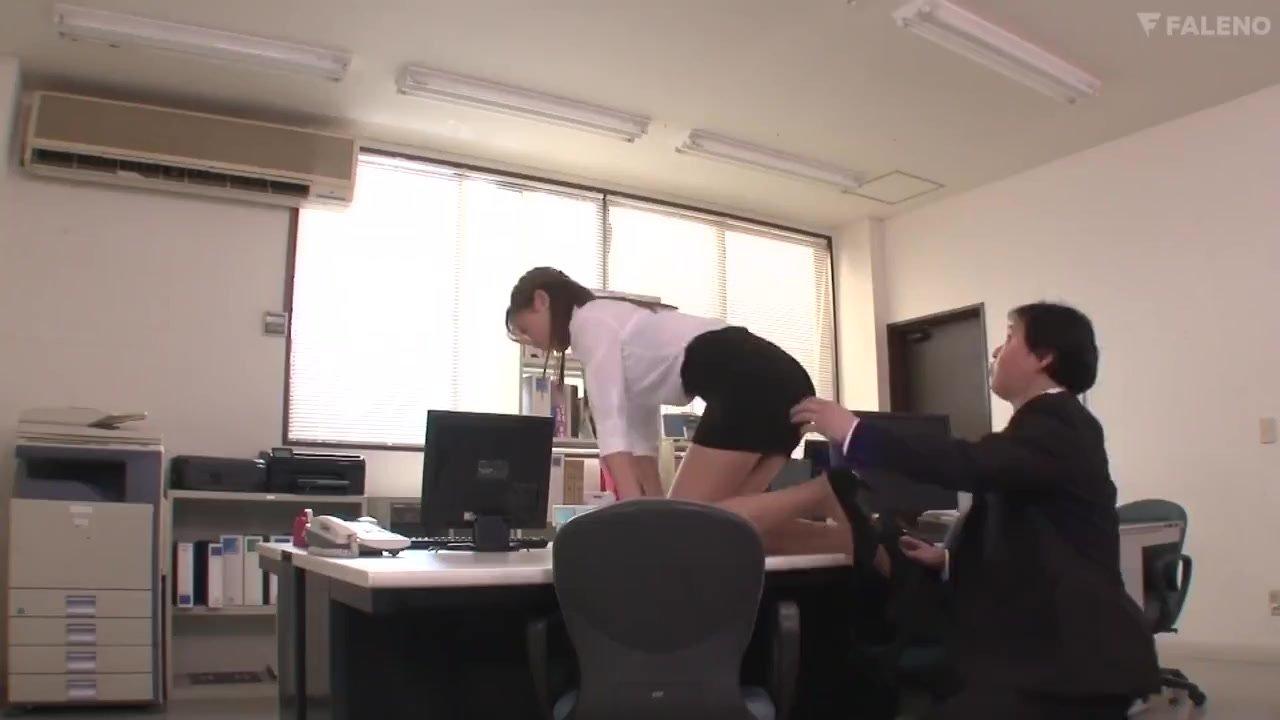 【二階堂夢】オフィスでOLの美尻に興奮しバックで突きまくる同僚