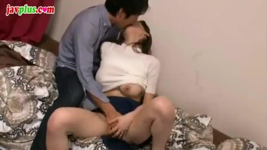 美乳の若妻との不倫セックス