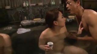 温泉でお酒を飲んで乱交しちゃう人妻さん