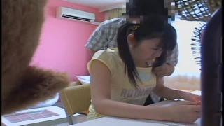黒タイツの女子高生が携帯を弄りながらおっさんのチンポを足コキの学生系動画