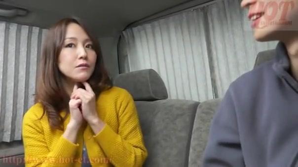 ナンパした素人熟女と車内で交渉してハメ