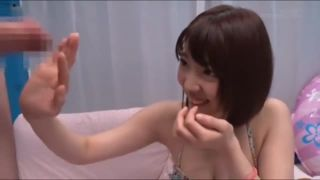 無防備な女の子が敏感まんこにディルドを擦りつけるオナニーのロリ系動画