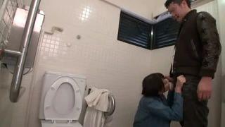 運動部の女子校生が昼間から変態おやじの乱暴なピストンに声を堪えて感じの学生系動画