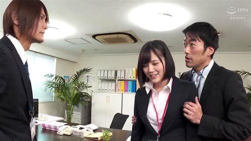 他に社員もいるのに机の下からチンポにむしゃぶり付いてくる最強美少女OL