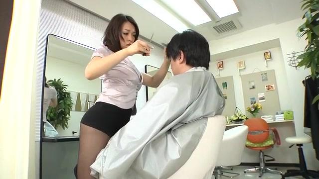 パンチラ連発してくるスケベ美容師に欲情→我慢できずにパコ開始