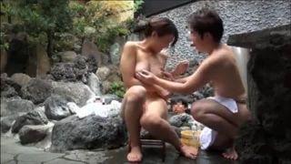 いい美巨乳の人妻さんを混浴で手を出す