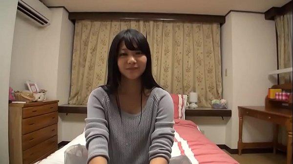 おバカな女子高生がブラジャーに両手を突っ込んで貧乳おっぱいの校生系動画