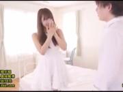 小学生か中学生くらいのロリ娘が丸出しのM字開脚正常位ピストンの校生系動画