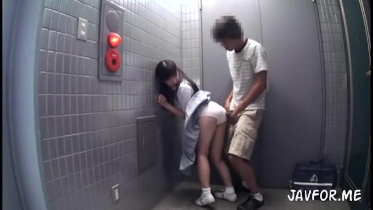 健康的なピチピチ女子高生が小さな手でデカチンを握って必死でペロペロしゃぶるの校生系動画