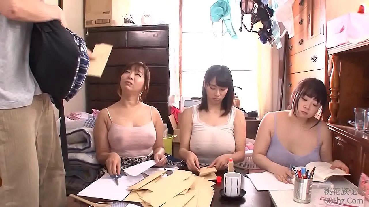 乳首透けてる爆乳な母・姉妹に囲まれる4P近親相姦!