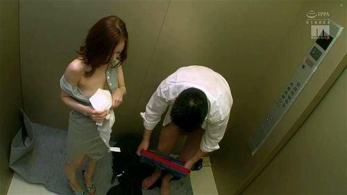 エレベーターで美人奥様と2人きり!長時間の密室に耐えきれずお互い発情パコ