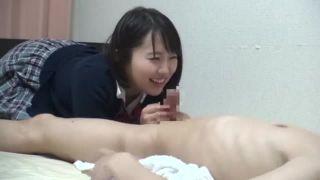 中学生時代の校生が机の下で生チンポをしゃぶるご奉仕の美少女動画