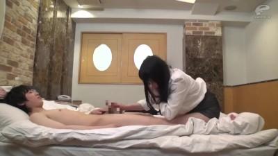 ビキニ水着のJKが援助交際でおっさんに跨って切ない顔で喘ぎまくるのロリ系動画