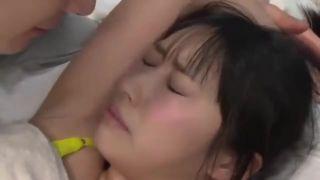身長134cmの子がフル勃起チンポを握って亀頭を執拗に舐め回すの校生系動画